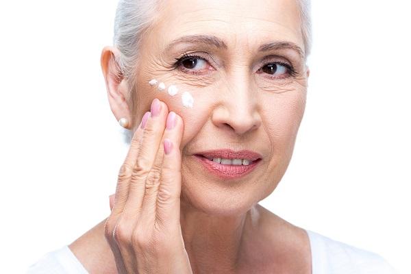donna anziana crema anti rughe Pearl'age cosmetic